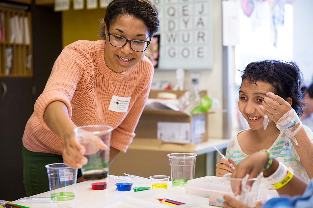 UCSF PhD student Breanna Allen leads an experiment with kids at UCSF Benioff Children's Hospital San Francisco