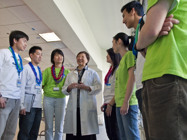 Dean Mary Anne Koda-Kimble talks with UCSF pharmacy students.