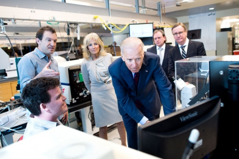 Joe and Jill Biden look at 3D printing of cells in the lab