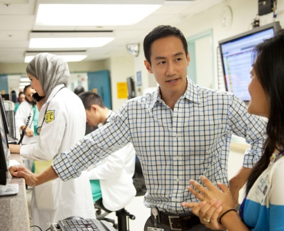 Dr. David Duong speaks with medical student Kathleen Li in the Emergency Department of San Francisco General Hospital and Trauma Center.