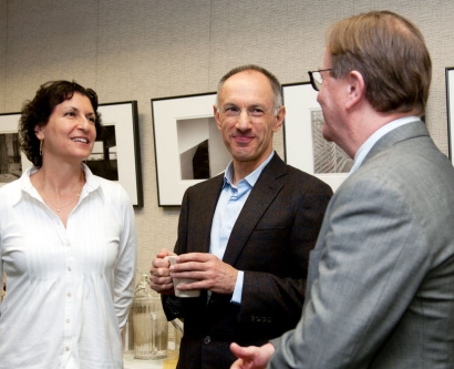 Vice Chancellor for Student Academic Affairs Elizabeth Watkins, venture capitalist Sir Michael Moritz and School of Medicine Dean Sam Hawgood chat at a Nov. 25 meeting where School of Medicine clinical chairs announced they are giving $1.5 million to the new UCSF Discovery Fellows program.