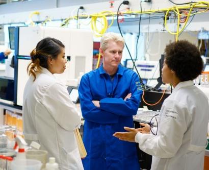 Joe DeRisi talks to researchers in his lab