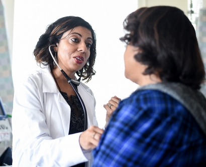 Monica Gandhi examines a patient at Ward 86