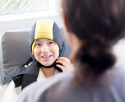 Melissa Diaz wears a scalp cooling cap