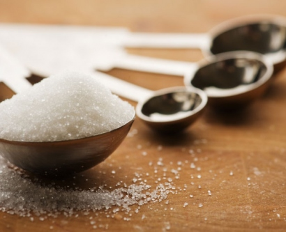 sugar in measuring spoons