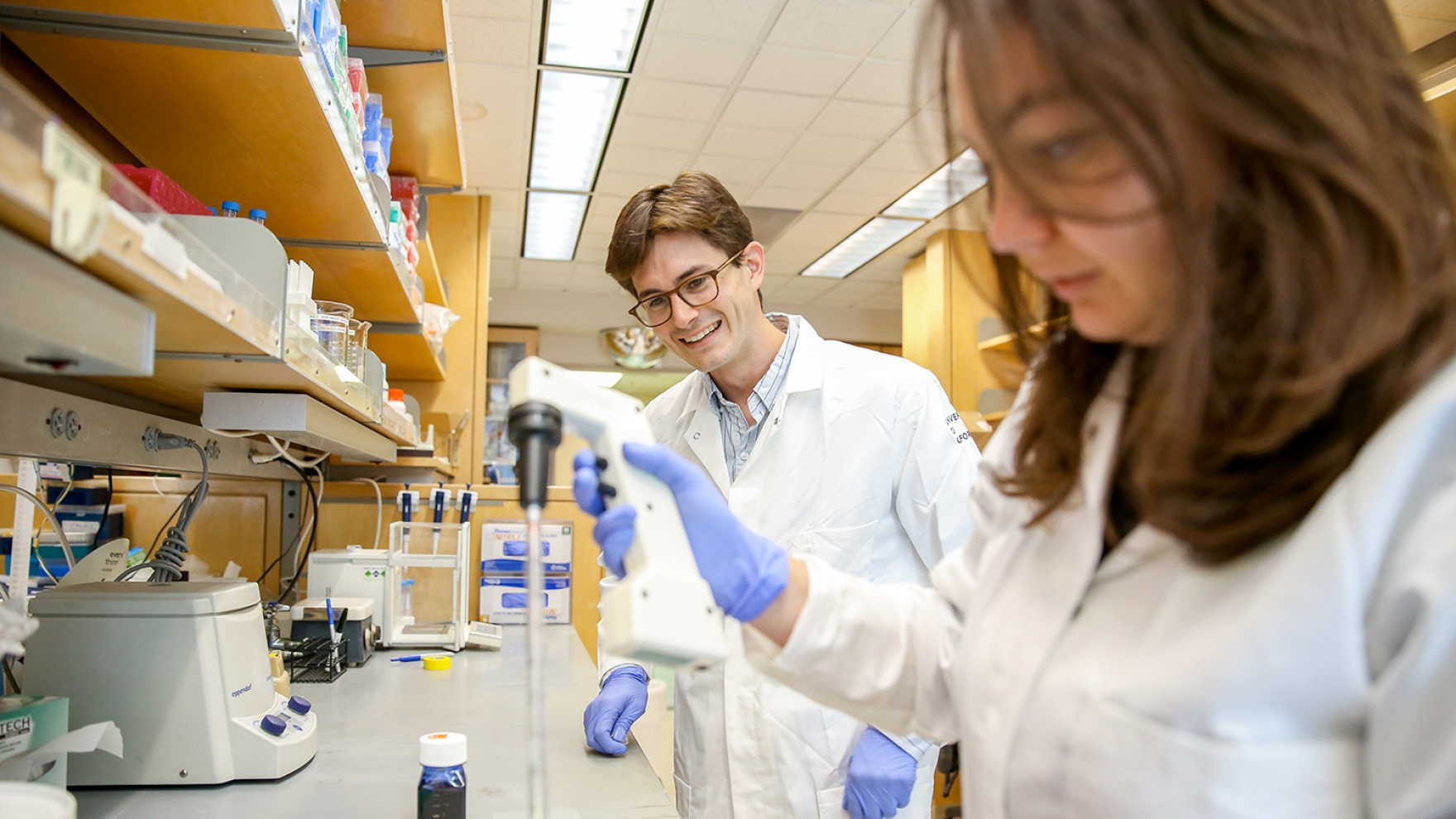 Matthew Spitzer works in his lab with Iliana Tenvvoren