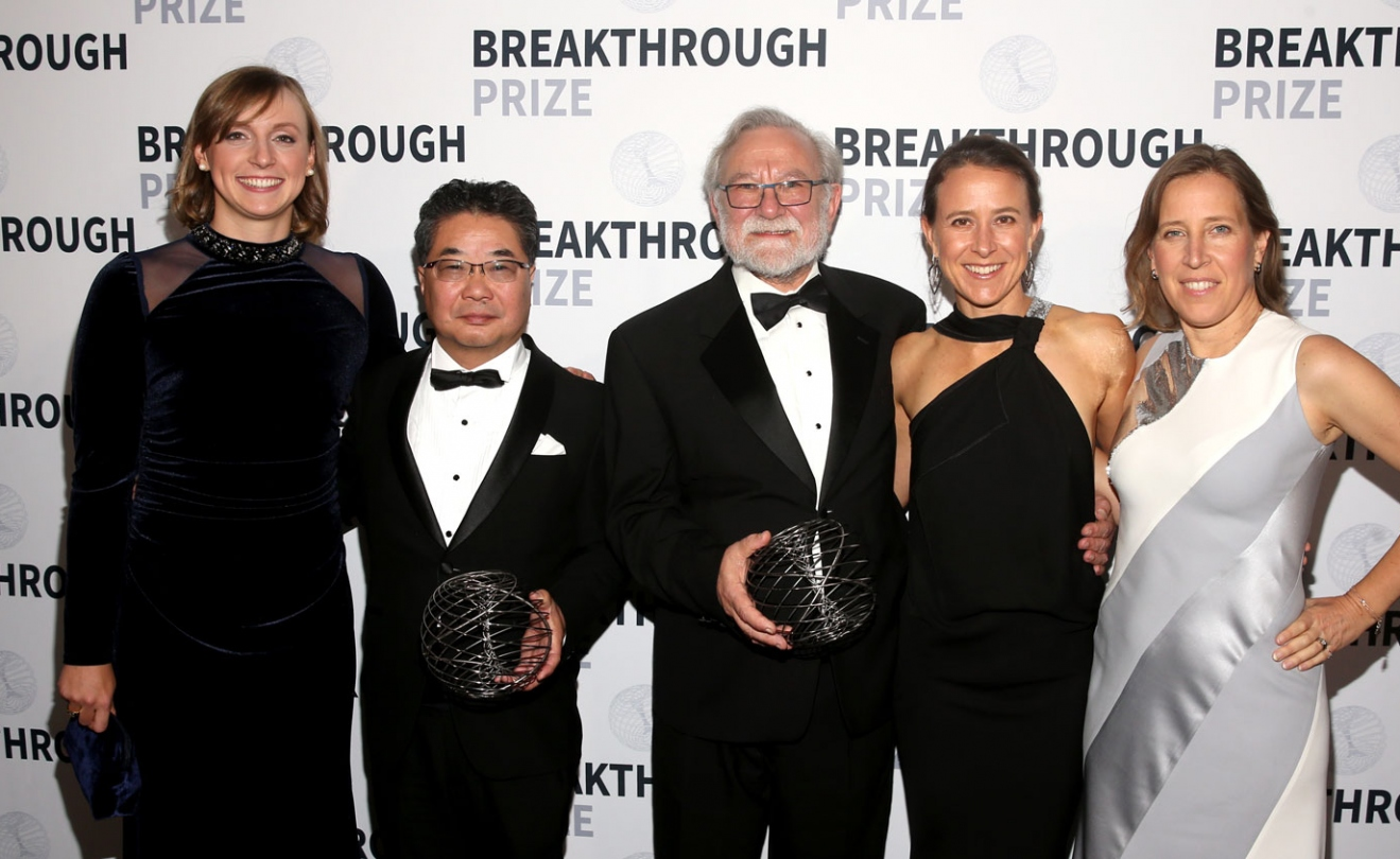 Katie Ledecky, Kasutoshi Mori, Peter Walter, Anne Wojcicki, and Susan Wojcicki on the red carpet at the Breakthrough Prize Ceremony